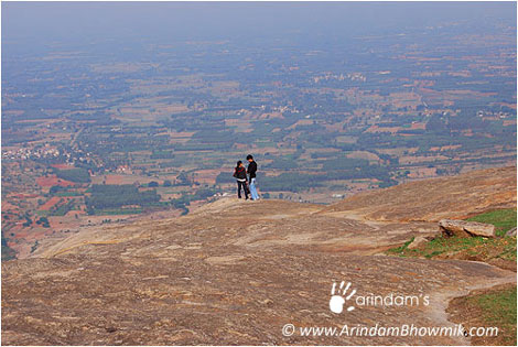 A couple enjoing the view of Nandi Hills.